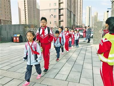 调整作息时间后,早上8点,呼和浩特市大学路小学滨河校区的学生有序入校。 本报记者 孟和朝鲁 摄