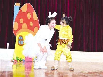 5月9日,演员在表演儿童话剧《糊糊历险记》。
