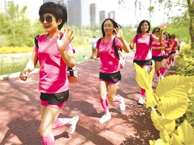 """5月13日,一群""""粉色身影""""在呼和浩特市成吉思汗公园奔跑。"""