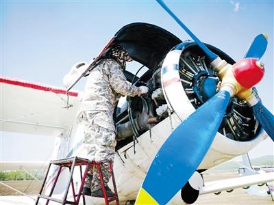 专业人员正在检修飞机。