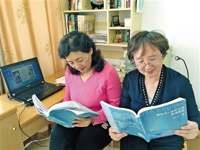 61岁的田丽亚老人(右)与好友共同学习英语