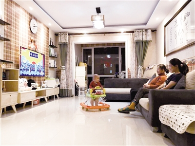 杨晓红坐在宽敞明亮的客厅看电视