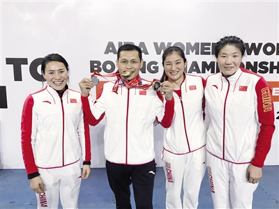 哈达巴特尔(左二)与弟子窦丹(左一)、李倩(右二)、杨晓丽共同庆祝胜利