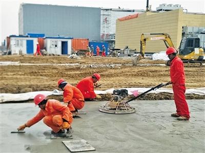 工人们正在平整环形路面。
