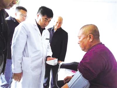 兴安盟卫计委相关领导在阿尔山市明水河镇西口村调研健康扶贫慢病管理情况。王丽霞 摄