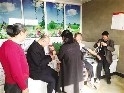 兴安盟卫计委主任母志华带队到阿尔山市明水镇西口村建档立卡贫困户家中调研送医配药情况。王丽霞 摄