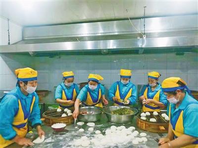 如今蒙餐店内拥有现代化的厨房环境。温静雅 摄