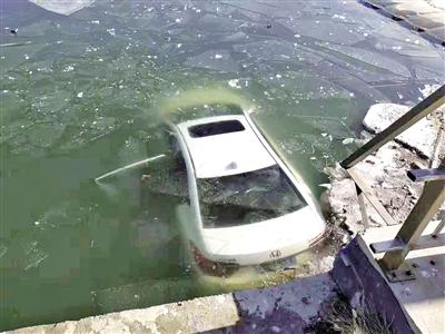 冲入河中的白色轿车 摄影/本报记者 解裕涛
