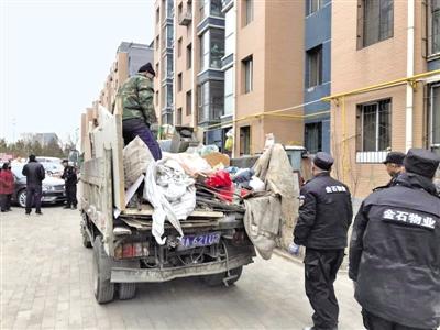 从楼道里清理出来的垃圾装了一车   摄影/本报记者 张巧珍