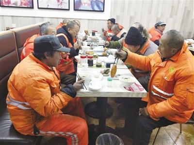环卫工人在享用热乎乎的早餐