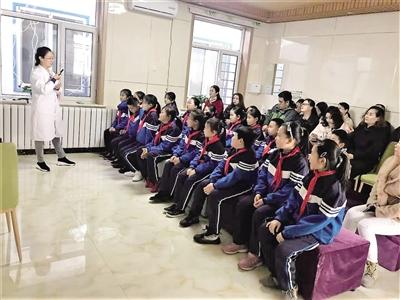 """▲巨华小学学生开展""""爱在青城 让心向阳""""心理健康学习及服务活动。"""