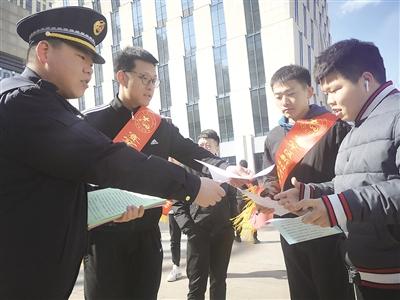 青年志愿者们正在分发传单