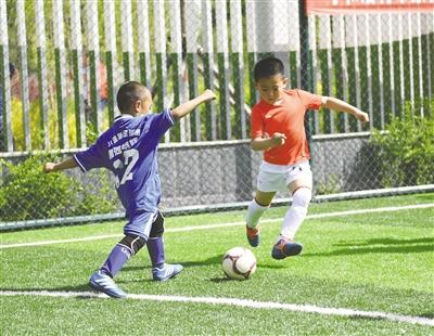 5月14日,小朋友们正在进行足球比赛。本报记者 孟和朝鲁 摄