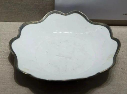 金釦花口白瓷盘