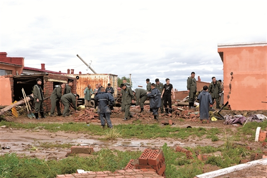 救援人员清理张发地村受灾现场。(本版照片均由记者安吉斯摄)
