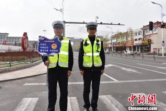 图为民警手持提示牌查处非机动车违法行为。交警供图