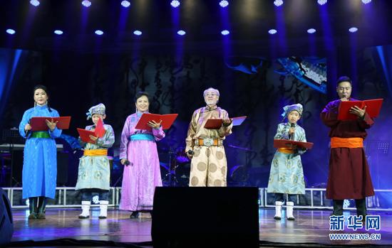 内蒙古民族语电影译制中心老一辈演员携一家三代朗诵诗歌《我的母语》。(新华网 白玲迪摄)
