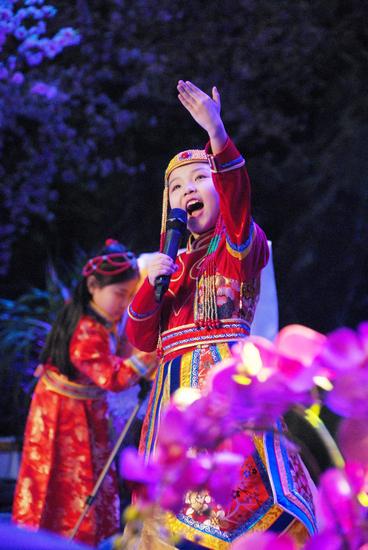 童星臧鑫格在民间春晚演唱欢腾的那达慕