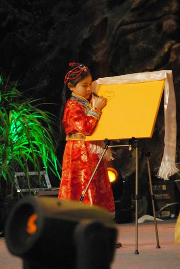 王馨昱在民间春晚书艺