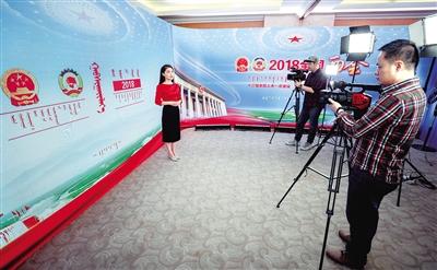 3月 4日,内蒙古日报社融媒体记者在北京演播室录制节目。全国两会期间,内蒙古日报社将 运用 3 种语言文字,通过 30 多个发布平台,报道两会进程,关注两会话题,聚焦两会热点。 本报记者 于涛 摄