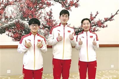 李靳宇(左)、耿文强(中)和韩梅(右)为内蒙古点赞