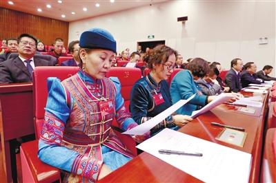 1月28日,委员在阅读选举办法。当日,自治区政协十二届一次会议举行第四次全体会议,进行大会选举。以无记名投票的方式,选举产生了政协内蒙古自治区第十二届委员会主席、副主席、秘书长和常务委员。本报记者 于涛 摄