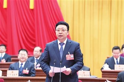 1月29日,自治区党委副书记、政法委书记,自治区政协主席李佳在自治区政协十二届一次会议闭幕会上讲话。本报记者 韩卿立 摄