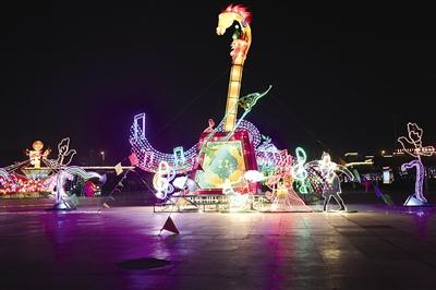 赛罕区政府广场上的马头琴灯     摄影/本报记者  辛永红