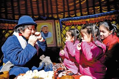 小朋友体验蒙古族牧民生活。