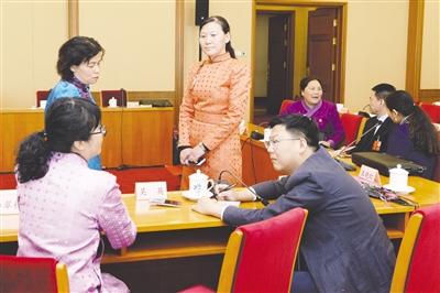 3月8日,内蒙古代表团全体会议结束后,女代表就履职情况接受本报记者采访。