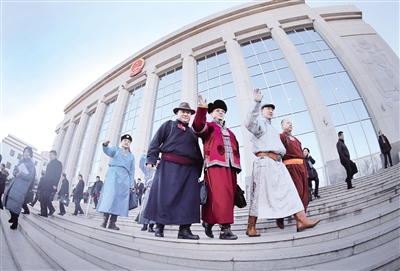 1月29日,参加自治区政协十二届一次会议的政协委员,圆满完成了会议各项议程,满怀信心地走出内蒙古人民会堂,迈向新的征程。摄影/ 牛天甲