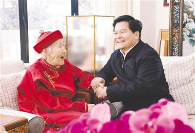 2月9日上午,自治区党委书记、人大常委会主任李纪恒看望慰问省级离休老同志云曙碧,祝她新春愉快、健康长寿。