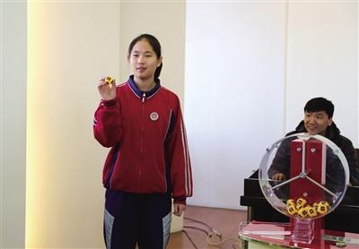 学生代表现场摇出代表选测项目坐位体前屈的3号球