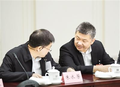 3 月 4 日,住我区全国政协委员王召明(右)参加审议全国政 协常委会工作报告时与其他委员进行交流。  本报记者 韩卿立 摄