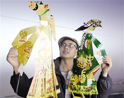 传承皮影艺术的刘桂新