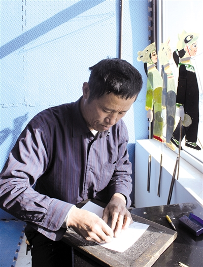 55岁的刘发自制皮影