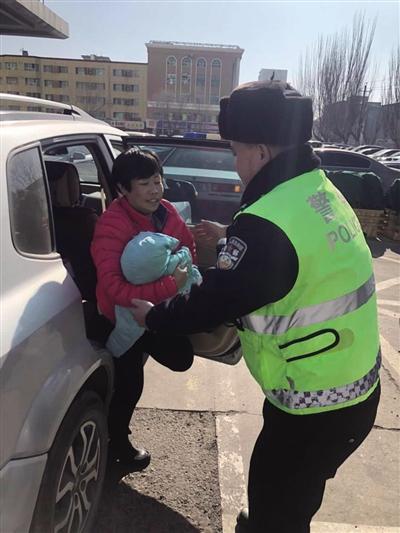 交警帮忙把孩子抱下车