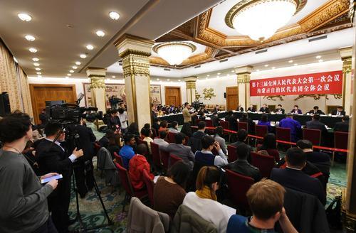 3月6日下午,十三届全国人大一次会议内蒙古代表团举行全体会议,审议政府工作报告并向境内外媒体开放。来自25个国家和地区的80余家媒体、100余名记者到场采访。 内蒙古日报社融媒体记者 袁永红 摄