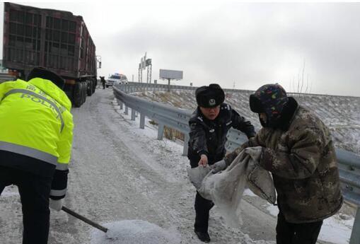 在危险路段泼洒融雪剂