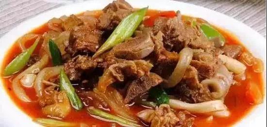 午餐选择爆炒羊羔肉既能减少用餐时间,又是一道不能错过的美味。