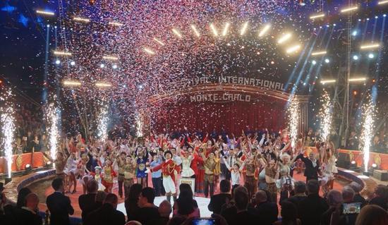 《五人踢碗》演员在第42届蒙特卡洛国际马戏节上比赛。(图片由内蒙古民族艺术剧院提供)