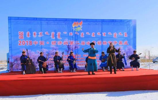 开幕式上乌兰牧骑进行歌舞表演