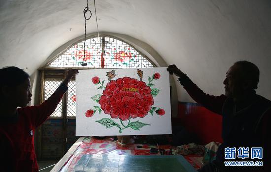 图为刘玉连手工绘制的窗花。(新华网 石毅 摄)