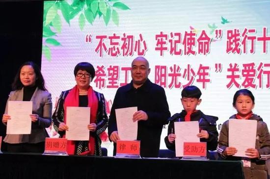 内蒙古红太阳食品有限公司与受助学生代表签订捐赠四方协议