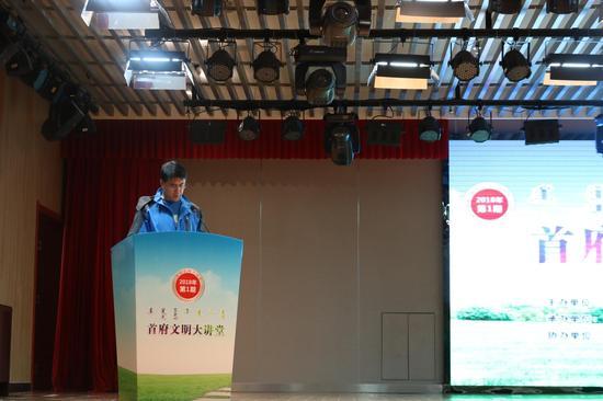 出租车司机代表温光明宣读了《遵守交规文明出行倡议书》。摄影/新浪内蒙古