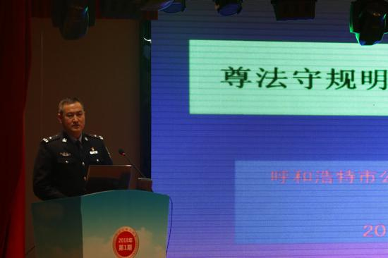 、市交管支队新城区交管大队警官王永明为大家进行了主题宣讲摄影/新浪内蒙古