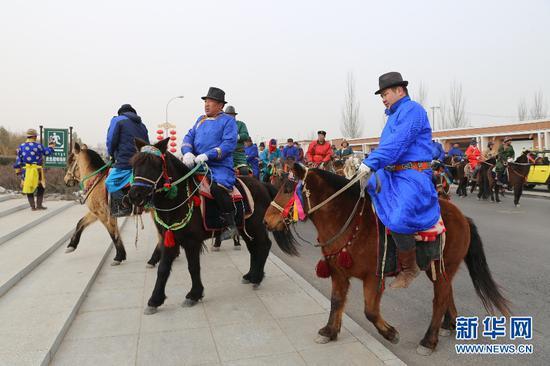 2月9日,护送圣火采集组的马队陆续赶到鄂托克前旗圣火文化公园。(新华网杨腾格尔摄)