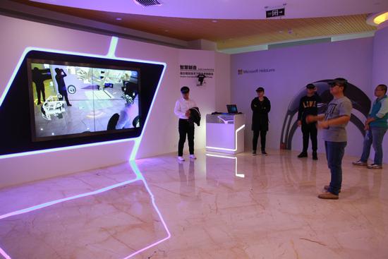 大学生在内蒙古和林格尔新区大数据及人工智能应用孵化基地体验最新技术