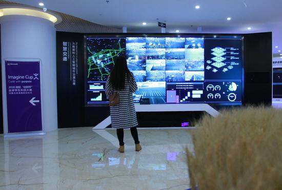 大学生在内蒙古和林格尔新区大数据及人工智能应用孵化基地参观互联网技术