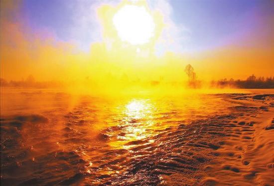 夕阳西下,一条林间小河的冰面上泛着金光,让人顿感暖意融融。